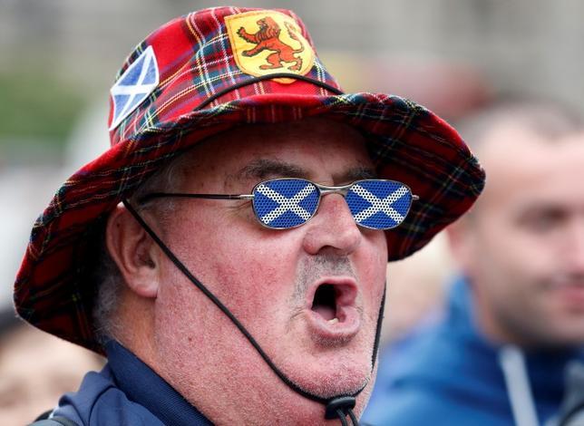 3月14日、スコットランドで英国からの独立の支持率が過去最高水準に上昇したことが、調査会社スコットセンが15日発表した調査結果で明らかになった。写真は独立支持グループ「イエス」のメンバー。2014年9月、スコットランド・グラスゴーで行われたスコットランド独立国民投票後に撮影(2017年 ロイター/Cathal McNaughton)