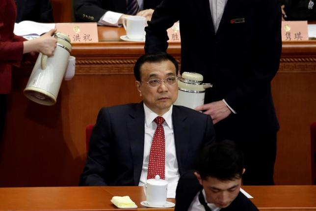 3月15日、中国の李克強首相は、全国人民代表大会(全人代、国会に相当)閉幕にあたり会見し、中国経済は依然、内外のリスクに見舞われており、今年の経済成長目標6.5%の達成は容易ではないが、ハードランディングを予想すべきではないと述べた。写真は北京で3日撮影(2017年 ロイター/Kevin Coombs)