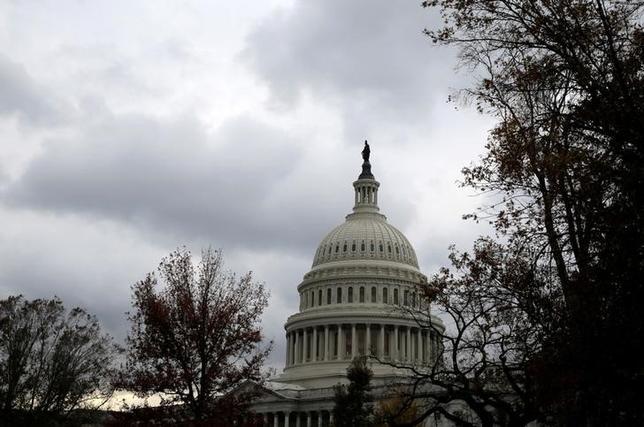 3月15日、日米国会議員連盟の一員として3月上旬に訪米した公明党の岡本三成国際局次長(衆院議員)は、ロイターのインタビューで、米連邦議会議員との意見交換を通じ、日米関係の強化が両国経済にとって重要であるとの認識を共有できたと述べた。写真はワシントンの米国国会議事堂。昨年11月撮影(2017年 ロイター/Joshua Roberts)