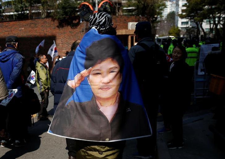 Supporters of South Korea's ousted leader Park Geun-hye gather outside her private home in Seoul, South Korea, March 13, 2017. REUTERS/Kim Kyung-Hoon/Files