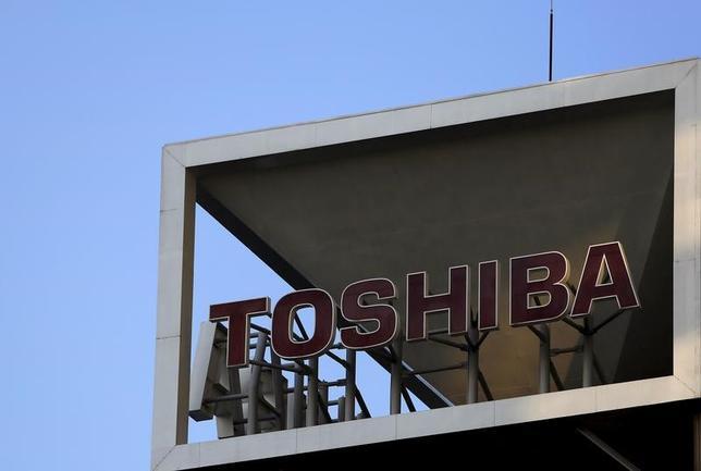 3月15日、東芝が半導体メモリー事業を分社して設立する新会社に官民ファンドの産業革新機構が出資する案が浮上している。写真は都内で2015年11月撮影(2017年 ロイター/Yuya Shino)
