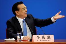 El primer ministro chino, Li Keqiang, hace gestos durante una conferencia de prensa tras la ceremonia de clausura de la Asamblea Popular Nacional de China en el Gran Salón del Pueblo en Pekín, China, 15 de marzo del 2017. Li dijo el miércoles que las previsiones de un aterrizaje brusco para la segunda economía más grande del mundo deberían terminar, pese a que los riesgos internos y externos continúan y alcanzar un objetivo de crecimiento del 6,5 por ciento este año no será fácil. REUTERS/Jason Lee