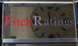 El logo de la agencia calificadora Fitch en su casa matriz en Nueva York, feb 6, 2013. Una crisis por el techo de la deuda en Estados Unidos es menos probable que ocurra en 2017, ya que una Casa Blanca y un Congreso controlados por los republicanos llegarían a un acuerdo para elevar el límite de endeudamiento antes de que el gobierno se quede sin dinero, dijo el miércoles la agencia Fitch Ratings.  REUTERS/Brendan McDermid