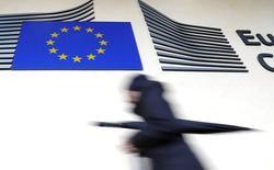 Una mujer pasa frente a una bandera de la Unión Europea en la sede de la Comisión Europea en Bruselas, mar 1, 2017. Los bancos de la Unión Europea podrían enfrentar un mayor riesgo de préstamos morosos por un total de 1 billón de euros (1,1 billones de dólares) cuando el Banco Central Europeo reduzca su programa de estímulos, según documentos internos a los que Reuters tuvo acceso.  REUTERS/Yves Herman