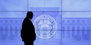 Un guardia pasa frente a una imagen de la Reserva Federal de Estados Unidos en Washington, mar 16, 2016. Las siguientes son las proyecciones económicas para Estados Unidos publicadas por la Reserva Federal el miércoles.  REUTERS/Kevin Lamarque/File Photo