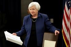 La presidenta de la Reserva Federal de Estados Unidos, Janet Yellen, llega a una rueda de prensa en Washington. 15 de marzo de 2017. La Reserva Federal de Estados Unidos subió el miércoles las tasas de interés por segunda vez en tres meses, una decisión impulsada por el continuo crecimiento económico, las sólidas ganancias del empleo y por la confianza en que la inflación avanza hacia la meta del banco central estadounidense. REUTERS/Yuri Gripas