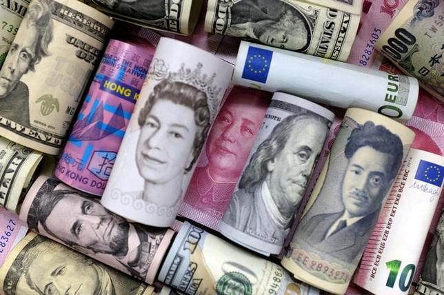 3月15日、終盤のニューヨーク外為市場では、ドルが主要通貨に対して急落し、対円で113円台半ばをつけた。写真は各国の紙幣、昨年1月撮影(2017年 ロイター/Jason Lee)
