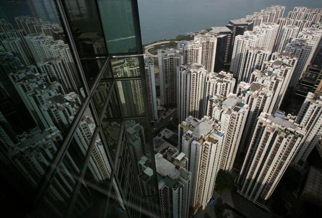 3月16日、香港金融管理局(HKMA)のノーマン・チャン長官は、香港の銀行に対し、不動産開発業者向け融資の厳しい基準を維持するよう要請した。写真は香港ビジネス中心区。2010年11月撮影(2017年 ロイター/Bobby Yip)