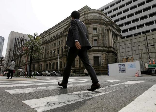 3月16日、日銀は金融政策決定会合で、「長短金利操作付き量的・質的金融緩和」のもとで短期金利をマイナス0.1%、長期金利をゼロ%程度とする操作目標の維持を賛成多数で決定した。写真は都内にある日銀前で昨年3月撮影(2017年 ロイター/Toru Hanai)