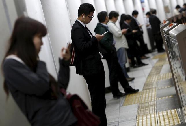 3月16日、日本自動車工業会(自工会)の西川廣人会長(日産自動車の共同CEO)は会見で、2017年春闘で基本給を底上げするベースアップ(ベア)が4年連続で実現したことについて「非常にポジティブだった」と評価した。写真は都内の地下鉄駅で2015年10月撮影(2017年 ロイター/Yuya Shino)