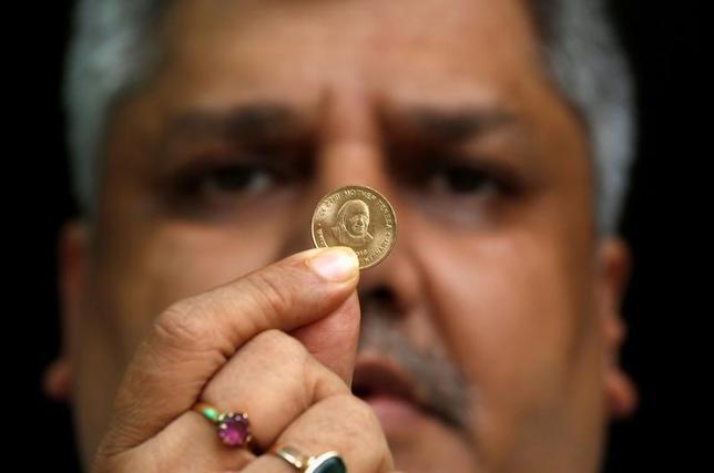 3月16日、インド株式市場でNSE指数(ナショナル証券取引所に上場する50銘柄で構成)が過去最高値を付け、通貨ルピーは対ドルで1年5カ月ぶり高値に上昇した。写真はルピーのコイン。カルカッタで昨年9月撮影(2017年 ロイター/Rupak De Chowdhuri)