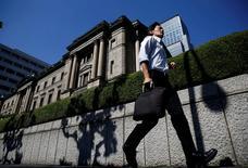 Foto de archivo: Un hombre pasa frente al edificio del Banco de Japón en Tokio, Japón, 29 de julio del 2016. El Banco de Japón mantuvo su política monetaria estable el jueves y repitió una visión moderadamente optimista sobre la economía, lo que indica que no prevé una expansión de su estímulo en un futuro próximo. REUTERS/Kim Kyung-Hoon