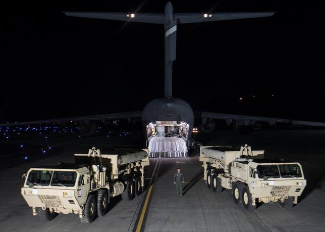 3月16日、韓国の林聖男(イム・ソンナム)外務第1次官は米軍の最新鋭地上配備型迎撃システム「高高度防衛ミサイル(THAAD)」の韓国への配備に反発した中国による報復措置について、中国はTHAAD配備の目的を理解していないと指摘した。写真はTHAADの配備作業。7日提供写真(2017年 ロイター/Yonhap)