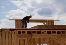 Un trabajador en las obras de construcción de una vivienda nueva en Leyden Rock, EEUU, ago 30, 2016.La construcción de casas en Estados Unidos subió con fuerza en febrero probablemente porque un clima inusualmente cálido impulsó las edificaciones de viviendas unifamiliares a casi máximos de nueve años y medio, lo que sugiere que la economía se mantuvo firme pese a una aparente desaceleración en el primer trimestre.    REUTERS/Rick Wilking/File Photo