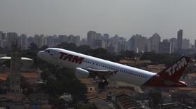 Un avión de la aerolínea brasileña Tam despega del aeropuerto Congonhas de Sao Paulo. 17 de enero de 2014. Las acciones del grupo LATAM Airlines saltaban el jueves en la bolsa chilena para alcanzar un máximo intradía de dos años y medio, luego de que la empresa reportó un resultado mejor al esperado en el cuarto trimestre.REUTERS/Nacho Doce
