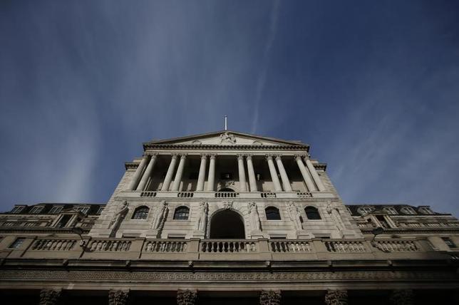 3月16日、英中銀は政策金利を0.25%に据え置くことを決定した。議事要旨によると、決定は8対1で、フォーブス委員が利上げを主張。金融政策委員会で票が割れたのは昨年7月以来初めてとなる。写真は2016年11月、ロンドンの英中銀(2017年 ロイター/Peter Nicholls)