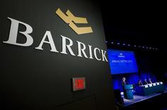 Logo de Barrick Gold Corp durante su junta anual de accionistas en Toronto. 28 de abril de 2015. Barrick Gold Corp, el mayor productor de oro del mundo, está explorando opciones para su mina Lagunas Norte en Perú, incluyendo la venta de parte o de todos los activos, dijeron a Reuters tres personas con conocimiento del asunto. REUTERS/Mark Blinch/