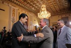El presidente de Venezuela, Nicolás Maduro (izquierda), saluda el jefe de la petrolera rusa Rosneft, Igor Sechin, bajo la mirada del presidente de PDVSA, Eulogio del Pino, en Caracas. 28 de julio de 2016. Palacio de Miraflores/vía REUTERS. ATENCIÓN EDITORES - SOLO PARA USO EDITORIAL. ESTA IMAGEN HA SIDO ENTREGADA POR UN TERCERO.