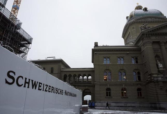 3月15日、スイス国立銀行(中央銀行)はスイスフラン高を阻止するために大規模な市場介入を実施しており、外貨準備は過去最大に達した。写真は同行のロゴ。ベルンで2015年11月撮影(2017年 ロイター/Ruben Sprich)