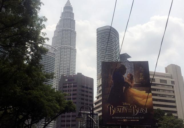 3月16日、米娯楽大手ウォルト・ディズニーは、実写版「美女と野獣」(日本公開4月21日)から同性愛シーンを削除することを拒否し、マレーシアの映画館での公開を取り止めた。写真はクアラルンプールで14日撮影の同映画ポスター(2017年 ロイター/Angie Teo)