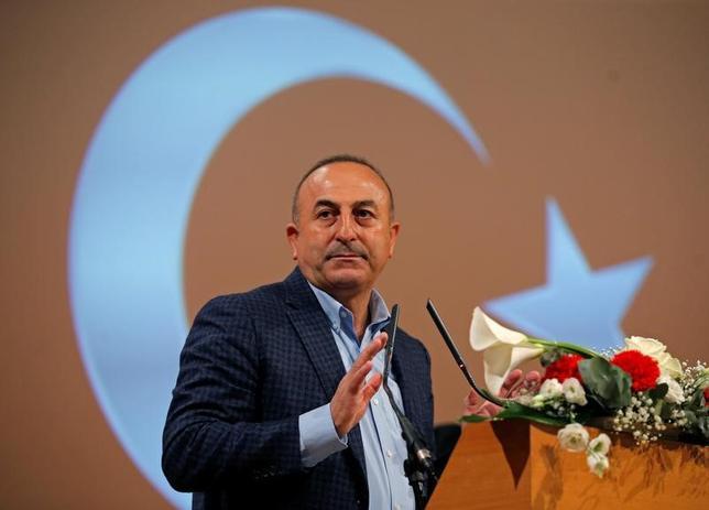 3月16日、トルコのチャブシオール外相は、米国のティラーソン国務長官が今月30日にトルコを訪問すると明らかにした。外相はテレビ局ハベルチュルクとのインタビューで、ティラーソン氏が訪問の意向を示したと説明。「われわれは歓迎すると伝えた」と述べた。写真は政治集会にてスピーチを行う同外相。フランスのメッツで12日撮影(2017年 ロイター/ Vincent Kessler)