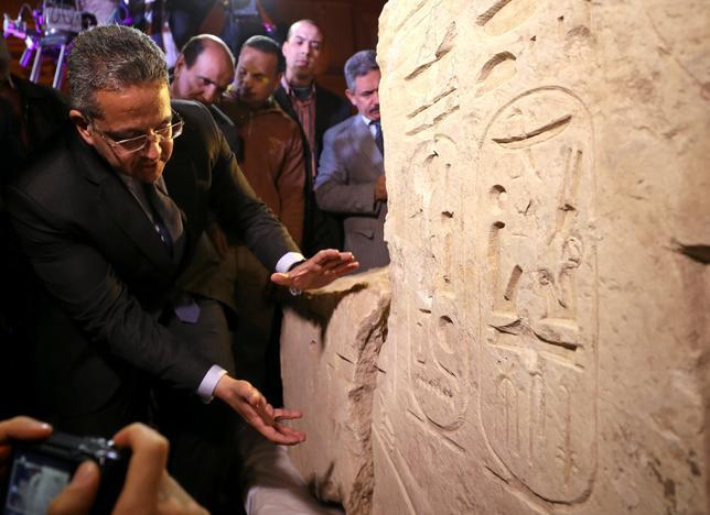 3月16日、エジプトのアナニ考古相(写真左)は、今月カイロの住宅地の地下水中から発掘された高さ8メートルの像について、当初の予想に反し、3000年以上前にエジプトを統治したラムセス2世王の像ではなく、別の王プサメティコス1世の像である可能性が高いとの見解を示した(2017年 ロイター/Mohamed Abd El Ghany)