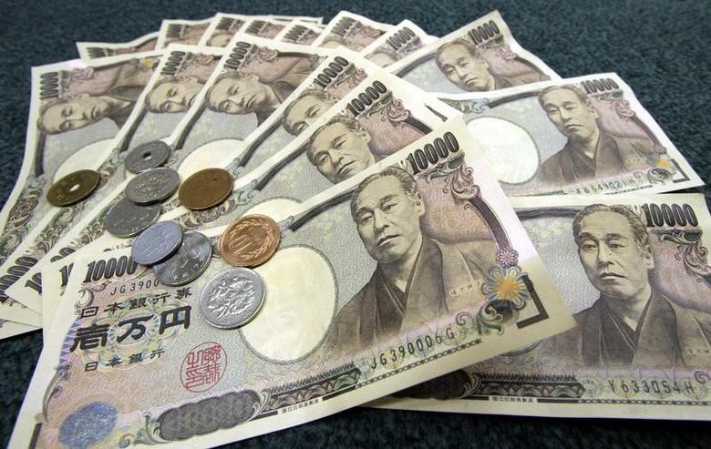 资料图片:2006年3月拍摄的日元纸币和硬币。REUTERS/Toshiyuki Aizawa