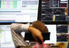 Un operador trabajando en su puesto en la Bolsa Alemana en Fráncfort, jun 29, 2015. Las bolsas europeas caían en la apertura del viernes lastradas por las acciones de las automotrices centradas en la exportación y un retroceso de las acciones mineras, pero los bancos registraban una evolución positiva luego de que un funcionario del BCE reavivó la posibilidad de una subida de las tasas de interés.  REUTERS/Ralph Orlowski