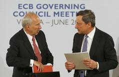 En la imagen, el presidente del Banco Central Europeo (BCE) Mario Draghi y el presidente del Banco Nacional Austriaco y miembro del consejo de gobierno del BCE Ewald Nowotny (I) salen de una rueda de prensa en Viena, Austria, el 2 de junio de 2016. El Banco Central Europeo decidirá más adelante si sube las tasas de interés, antes o después de acabar con su programa de compra de bonos, dijo el jueves el responsable del BCE Ewald Nowotny a un diario alemán.   REUTERS/Leonhard Foeger
