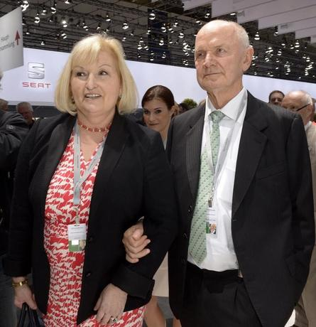 Ferdinand Piech, ex-chairman of the supervisory board of  German carmaker Volkswagen and his wife Ursula, member of the board of VW, arrive at the annual shareholders meeting in Hanover on April 25, 2013.    REUTERS/Fabian Bimmer/Files