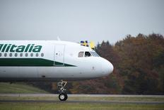 IMAGEN DE ARCHIVO: Un avión de Alitalia llega a Malmö, Suecia. 31 de octubre 2016.El nuevo plan de reestructuración de Alitalia prevé recortes y reducciones de los salarios de 2.037 pilotos y personal de tierra en entre 22 y 28 por ciento, en un último intento por generar ganancias en la aerolínea italiana plagada de problemas, dijo a Reuters un representante sindical.  Emil Langvad/TT NEWS AGENCY/via Reuters