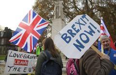 Manifestantes apoyando el brexit en Londres, Gran Bretaña. 23 de noviembre 2016. Un tercio de las compañías europeas esperan recortar el gasto de inversión debido a las incertidumbres que rodean al Brexit y un décimo de aquellas con operaciones en Gran Bretaña planean abandonar el país, mostró un sondeo a 600 firmas del banco suizo UBS. REUTERS/Toby Melville - RTSSYZ0