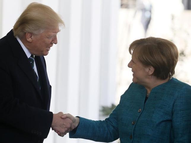 3月17日、トランプ米大統領がドイツのメルケル首相と会談した。写真はホワイトハウスで同日撮影(2017年 ロイター/Jim Bourg)