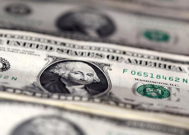 3月17日、ニューヨーク外為市場は、ドルが主要通貨に対し一時5週間ぶりの安値を付けた。写真はドル紙幣。昨年11月撮影(2017年 ロイター/Dado Ruvic/Illustration/File Photo)