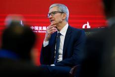 El presidente ejecutivo de Apple, Tim Cook, expresó su apoyo a la globalización y dijo que China debería seguir abriendo su economía a firmas extranjeras, mientras hablaba en un foro en Pekín el sábado. En la foto, el presidente ejecutivo de Apple, Tim Cook ,durante un Foro de Desarrollo en China. 18 de marzo de  2017.  REUTERS/Thomas Peter