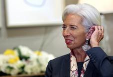 """Imagen  de archivo de la directora gerente del Fondo Monetario Internacional (FMI), Christine Lagarde, durante una entrevista con Reuters en Dubái, Emiratos Árabes Unidos. 13 febrero 2017. Lagarde dijo el sábado que el crecimiento global está ganando fuerza, pero advirtió que las """"políticas erróneas podrían frenar el nuevo impulso"""". REUTERS/Stringer"""