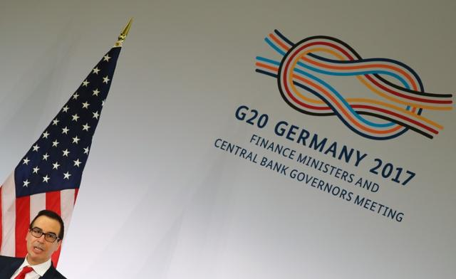 3月18日、ムニューシン米財務長官はドイツのバーデンバーデンで開かれた20カ国・地域(G20)財務相・中央銀行総裁会議後に記者会見し、米国は引き続き自由貿易を堅持するが、一部の貿易協定は見直したいとの考えを示した。(2017年 ロイター/Kai Pfaffenbach)