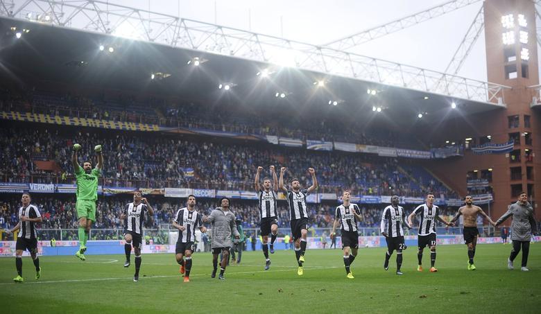 Sampdoria v Juventus - Italian Serie A - Marassi stadium, Genoa, Italy - 19/03/17 - Juventus' players celebrate at the end of the match against Sampdoria.  REUTERS/Giorgio Perottino