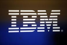 Imagen de archivo del logo de IBM en una computadora en Los Ángeles, California, EEUU. 22 abril 2016. IBM y una unidad de la firma china Dalian Wanda Group, un conglomerado de propiedades y entretenimiento, acordaron el domingo asociarse para proveer servicios en la nube a firmas chinas, informó la compañía tecnológica estadounidense. REUTERS/Lucy Nicholson