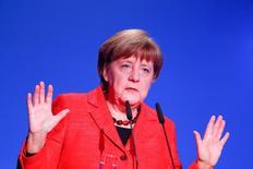 La canciller de Alemania, Angela Merkel, da un discurso durante un evento en Berlín, Alemania. Imagen de archivo. Merkel reiteró el domingo que Alemania está firmemente a favor del libre comercio y de mercados abiertos, en momentos en que Estados Unidos se está volviendo cada vez más proteccionista. REUTERS/Fabrizio Bensch