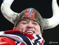Болельщик сборной Норвегии на чемпионате мира по биатлону в Пхёнчхане, Южная Корея 18 февраля 2009 года. Норвегия сместила Данию с первой строчки в рейтинге самых счастливых стран мира, составленном Сетью для выработки решений в области устойчивого развития (SDSN), глобальной инициативы ООН, созданной в 2012 году. REUTERS/Lee Jae-Won