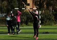 قتيات فلسطينيات تشاركن في مران على لعبة البيسبول في خان يونس يوم الأحد. تصوير: محمد سالم - رويترز.