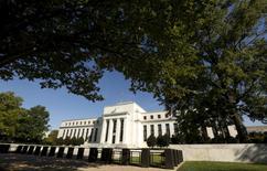 La sede de la Reserva Federal de Estados Unidos en Washington, sep 16, 2015. La Reserva Federal de Estados Unidos se encamina a subir las tasas de interés dos veces más este año, después de aplicar su primer alza del 2017 la semana pasada, y podría ser más o menos agresiva dependiendo de las políticas fiscales y otros impactos en la economía, dijo el lunes un miembro del banco central.        REUTERS/Kevin Lamarque