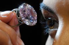 """Модель демонстрирует бриллиант """"Розовая звезда"""" в Лондоне 20 марта 2017 года. Бриллиант """"Розовая звезда"""" весом 59,60 карата в апреле вновь будет выставлен на торги и может уйти с молотка за рекордные $60 миллионов, три года спустя после того, как драгоценный камень был продан за еще большую сумму, однако покупатель впоследствии отказался от сделки. REUTERS/Toby Melville"""