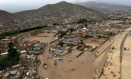 Vista aérea de la zona de Huachipa tras un deslave e inundación en Lima, mar 17, 2017. El transporte de minerales del centro del Perú hacia la costa del Pacífico fue interrumpido por un corte de la línea del ferrocarril debido a las intensas lluvias que soporta el país desde hace varios días, dijo el lunes el Gobierno.  REUTERS/Guadalupe Pardo