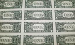 La parte trasera de billetes de un dólar de Estados Unidos se ven durante la producción en la Oficina de Grabado e Impresión en Washington, Estados Unidos. 14 de noviembre 2014.El dólar se depreciaba el lunes y tocó un mínimo en seis semanas frente a una cesta de monedas, extendiendo la debilidad de la semana pasada tras recientes señales sobre las tasas de interés por parte de la Reserva Federal de Estados Unidos que fueron menos alcistas de lo que muchos esperaban.REUTERS/Gary Cameron