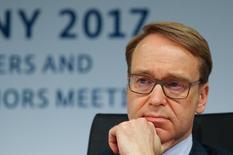 El presidente del Bundesbank, Jens Weidmann,  en una conferencia de prensa en Baden-Baden, Alemania. 18 de marzo 2017. Una política monetaria expansiva sigue siendo apropiada en la zona euro, pero el Banco Central Europeo tal vez quiera considerar enviar su mensaje más equilibrado a medida que la inflación repunta, dijo el lunes el jefe del banco central alemán.    REUTERS/Kai Pfaffenbach - RTX31MEX