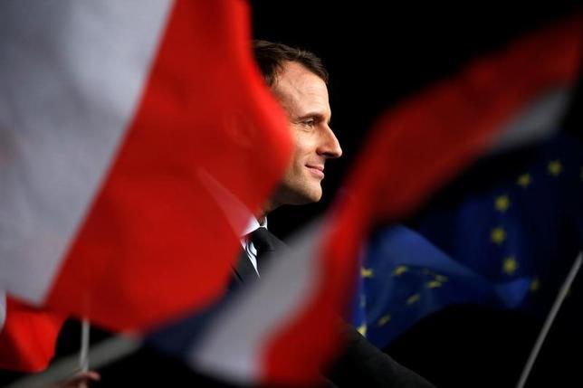3月20日、仏大統領選に関する世論調査によると、4月23日に実施される第1回投票で、中道系独立候補のマクロン前経済相の得票率が25.5%と、極右政党・国民戦線(FN)のルペン党首の25%を上回った。写真はマクロン氏、今月17日撮影。(2017年 ロイター/ Pascal Rossignol )