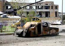 حطام مركبة مفخخة تابعة لمقاتلين من تنظيم الدولة الإسلامية في الموصل في صورة التقطت يوم الأحد. تصوير: ثائر السوداني - رويترز.