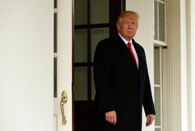 3月20日、米経済誌フォーブスの最新データによると、トランプ大統領の純資産は35億ドルと、昨年10月の37億ドルから減少した。ホワイトハウスで撮影(2017年 ロイター//Kevin Lamarque)